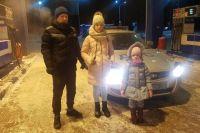 На тюменской трассе автоинспекторы помогли отцу с двумя детьми