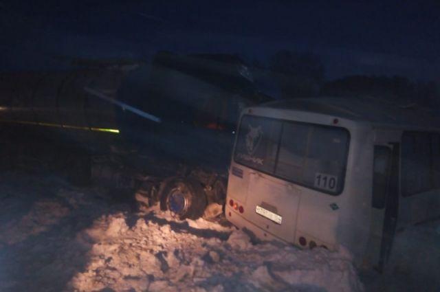 В Новосибирской области произошло ДТП, в результате которого погиб мужичина и пострадало 7 человек.