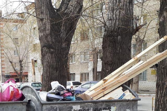 Из-за морозов на Ямале рабочим придется «вручную» очищать мусорные баки