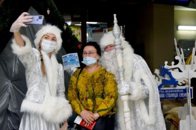 Дед Мороз и Снегурочка проводят с гостями конкурсы, дарят подарки