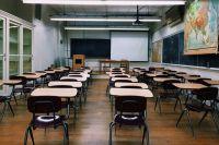 Школы самостоятельно принимают решение, отменять уроки или нет