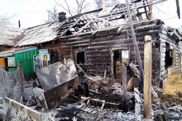 Тела были под рухнувшей из-за пожара кровлей.