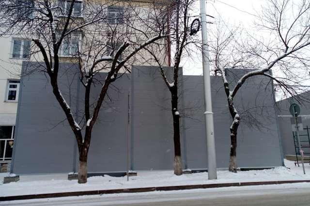 Власти приостановили монтаж скандального шестиметрового забора в Уфе