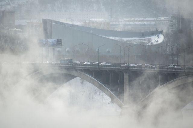 В такую погоду над Енисеем завис плотный туман, но он не помешал красноярцу искупаться.