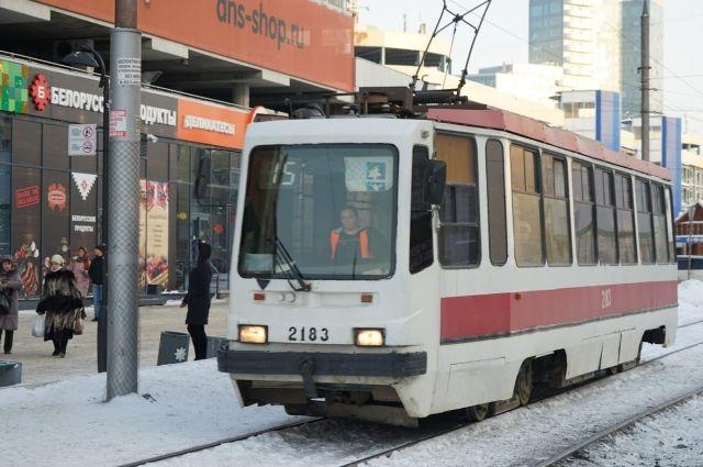 Школьники Новосибирска могут бесплатно ездить в муниципальном общественном транспорте с 28 декабря.