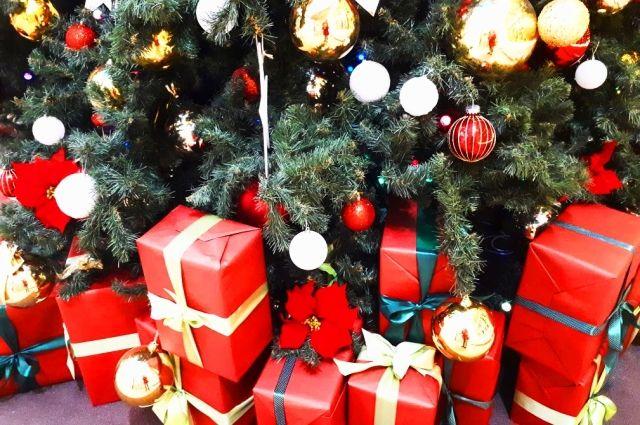 Полицейский Дед Мороз вручил подарки тюменцам из малообеспеченных семей