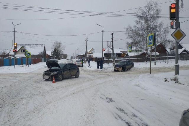 В ДТП пострадал водитель автомобиля «Лада Приора». Его с травмами различной степени тяжести отвезли в больницу.
