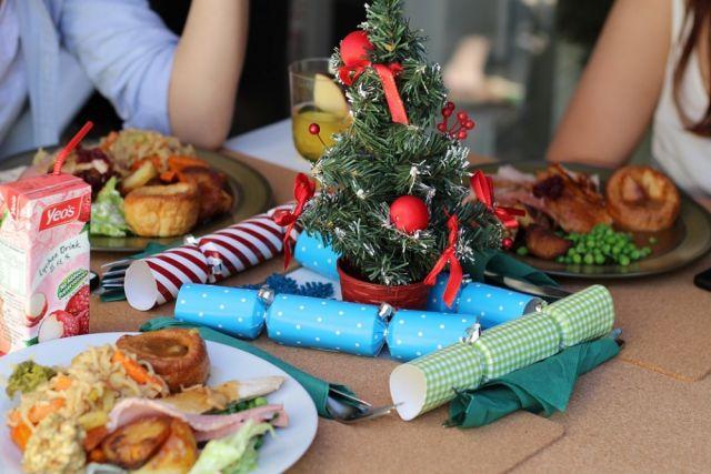 Большинство россиян, следуя традициям, проводят новогодние дни за обильно накрытым столом.