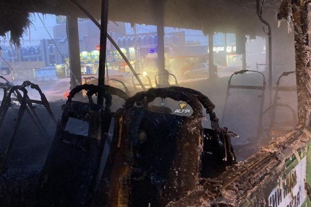В Ленинском районе Новосибирска сгорел троллейбус маршрута №8.