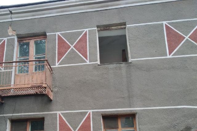 Жители аварийного дома боялись покидать дом из-за потери права на проживание.