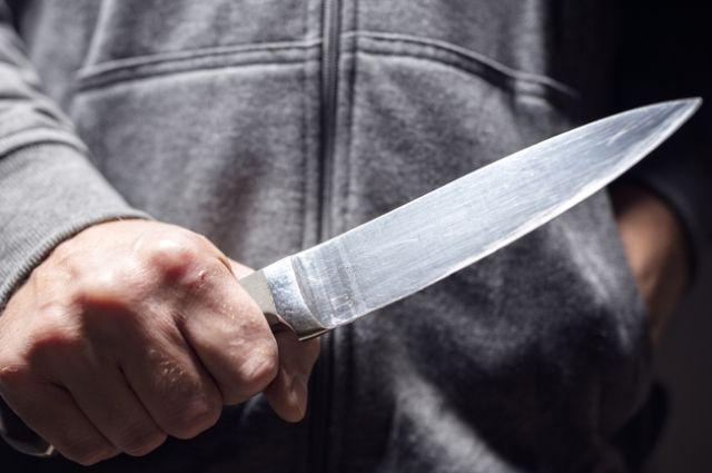 В Запорожье 17-летний парень ударил полицейского ножом.
