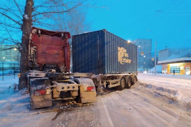 Из-за колеи на дороге контейнеровоз развернуло поперек проезжей части.