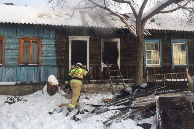 Четыре человека погибли при пожаре в Октябрьском районе Новосибирска. На месте ЧП работают пожарные.