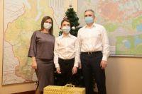 Александр Моор вручил подарки детям в рамках акции «Елка желаний»