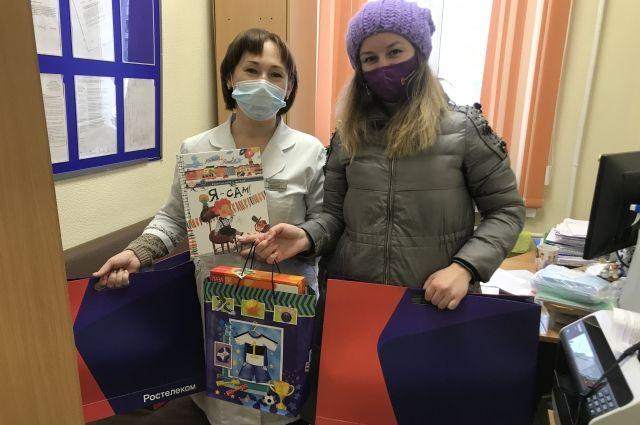 «Ростелеком» передал детские книги в две городские больницы Новосибирска, чтобы поддержать маленьких пациентов перед новогодними праздниками.