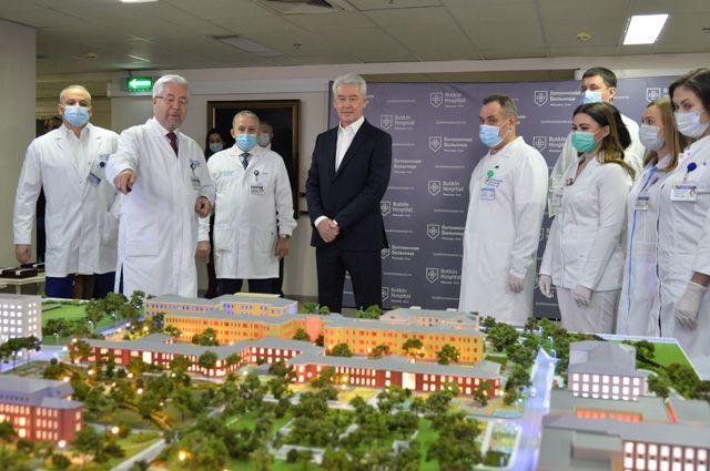 «Ремонт закончат в2022г., ибольница станет одной изсамых современных нетолько вМоскве иРоссии, ноивЕвропе»,— рассказал С.Собянин, осмотрев, как идёт реконструкция Боткинской.