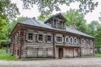 Дом Павловой - уникальный образец деревянного зодчества. Его сруб в ожидании реставрации месяцы лежал под открытым небом.