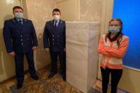 В Тобольске прокуроры подарили сироте на Новый год холодильник