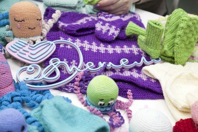 Салехардские мастерицы вяжут специальные комплекты для недоношенных детей