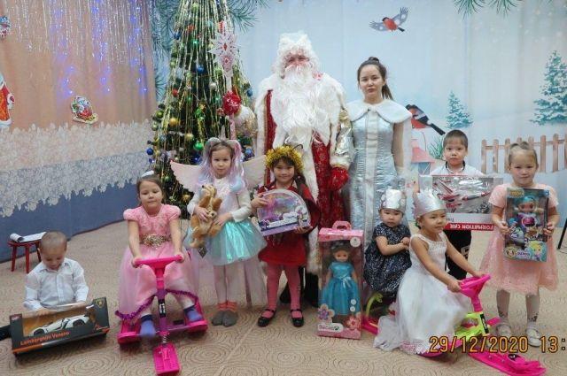 Как и везде, в канун самого сказочного зимнего праздника, маленькие жители Куюмбы мечтают о чуде.