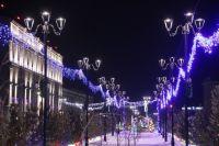 Город ярко украшен к Новому году.