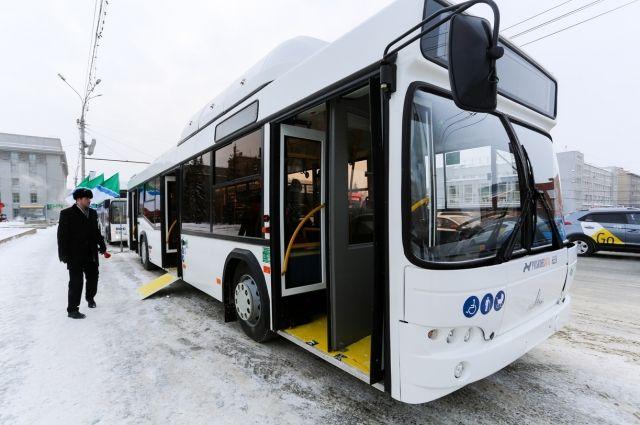 Еще 11 новых автобусов из Минска привезли в Новосибирск.