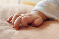 Мать ребенка рожала по чужому паспорту, а после передала своего ребенка другим людям на воспитание.
