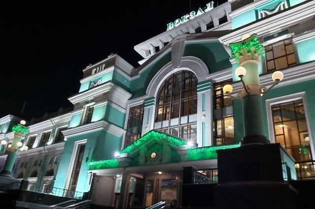 К празднику вокзальный комплекс украшен новогодней символикой.