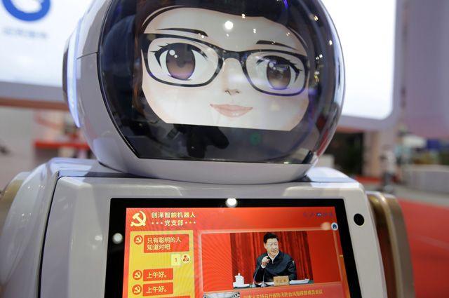 Интеллектуальный робот Чуанзе обслуживает Компартию Китая. Наего экране— новости партийной жизни, посвящённые деятельности генсека ЦККомпартии Китая, председателя КНР СиЦзиньпина.