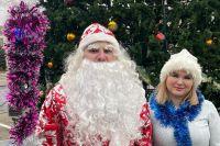 Сергей и Алёна в образах Деда Мороза и Снегурочки дарят подарки детям