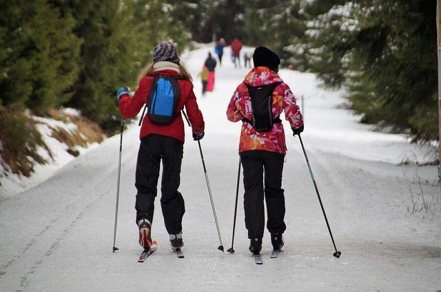 Смело надевайте спортивный костюм и покоряйте снежный склон, каток и лыжню.