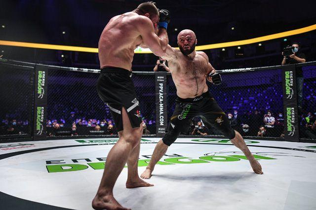 Магомед Исмаилов (справа) в поединке против Ивана Штыркова.