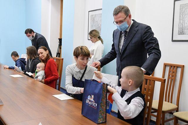 Президент России поручил губернатору Александру Буркову и главному федеральному инспектору по Омской области Ивану Евстифееву вручить поздравления.