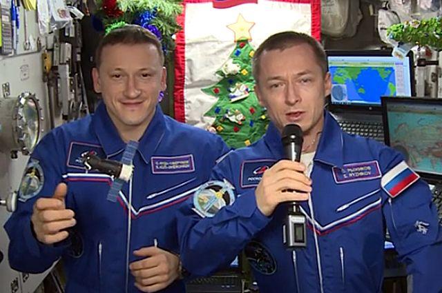 Поздравление с наступающим Новым 2021 годом от космонавтов Сергя Кудь-Сверчкова (слева) и Сергея Рыжикова.