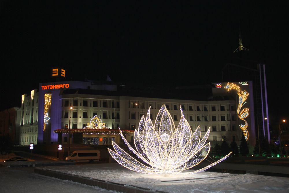 Яркие кувшинки на площади перед театром Камала привлекают внимание жителей.