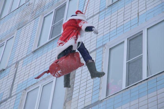 Не каждый день к тебе в окно заглядывает Дед Мороз!