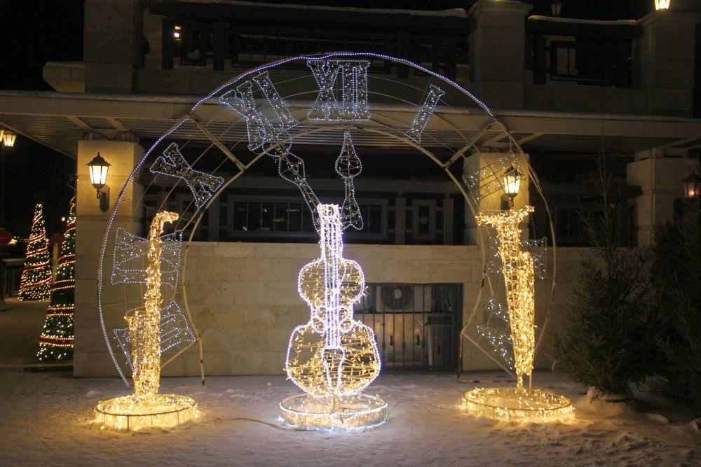 Гостиницы и кафе установили яркие инсталляции.