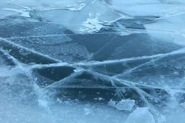 Бульдозер ушел под лед на ямальском зимнике