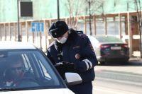 Сотрудники ГИБДД отогрели мужчину и отбуксировали сломанный автомобиль.