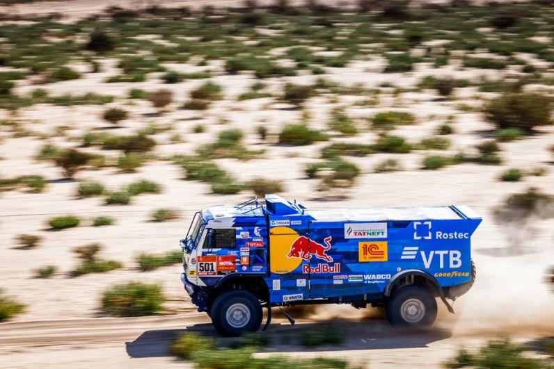 Машина экипажа 501 в составе Антона Шибалова, Дмитрия Никитина и Ивана Татаринова спортивной команды «КАМАЗ-мастер» на трассе между Джиддой и Бишей во время 1-го этапа ралли-марафона «Дакар-2021» в классе грузовиков в Саудовской Аравии.