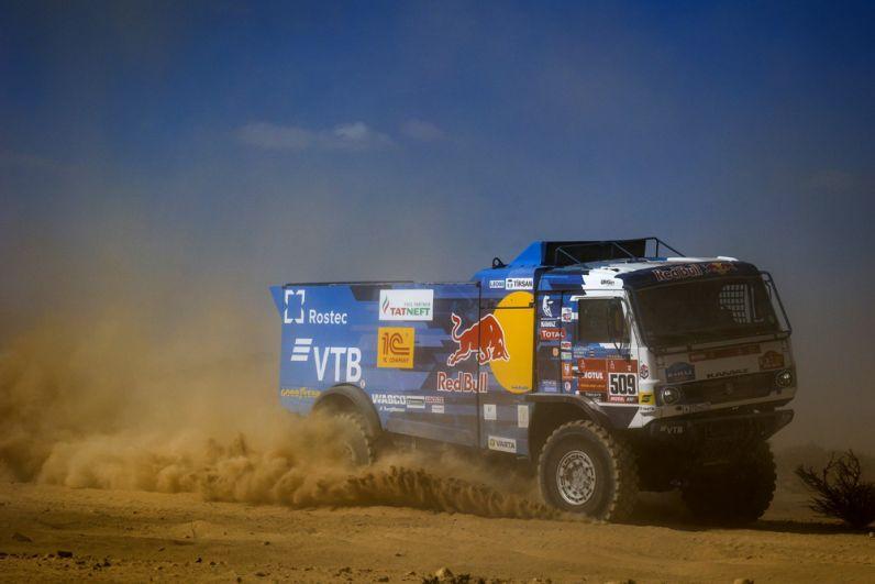 Машина экипажа 509 в составе Айрата Мардеева, Дмитрия Свистунова и Ахмета Галяутдинова спортивной команды «КАМАЗ-мастер» на трассе между Джиддой и Бишей во время 1-го этапа ралли-марафона «Дакар-2021» в классе грузовиков в Саудовской Аравии.