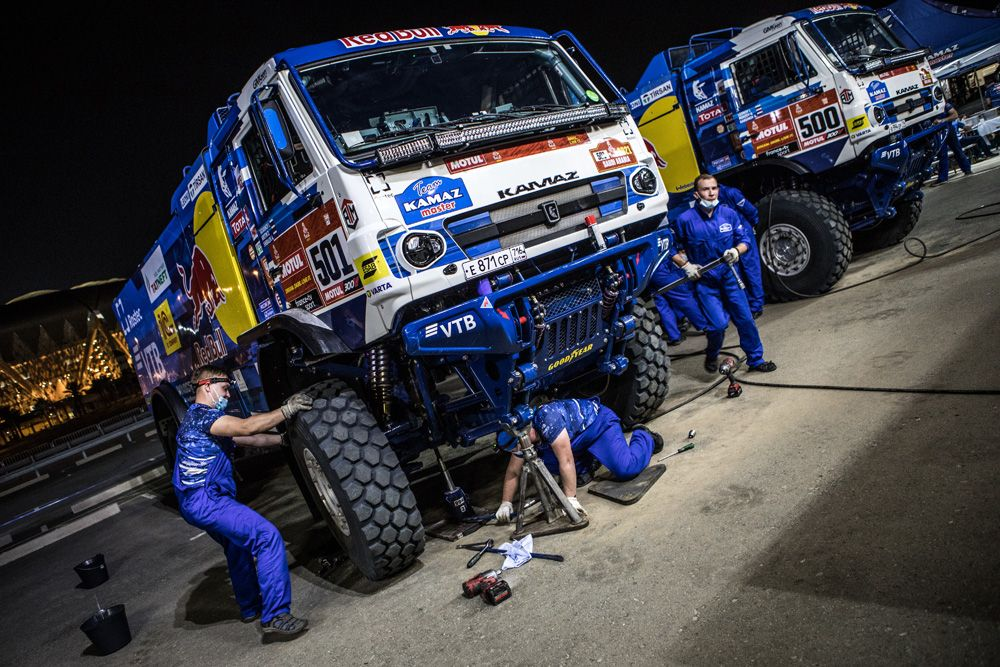 Машины экипажей 501 и 500 спортивной команды «КАМАЗ-мастер» проходят техническую проверку перед стартом ралли-марафона «Дакар-2021» в классе грузовиков.