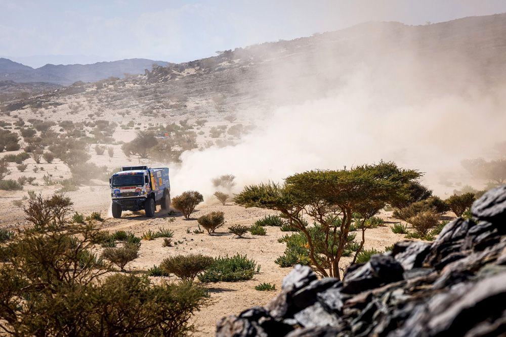 Машина экипажа 500 в составе Андрея Каргинова, Андрея Мокеева и Игоря Леонова спортивной команды «КАМАЗ-мастер» на трассе между Джиддой и Бишей во время 1-го этапа ралли-марафона «Дакар-2021» в классе грузовиков в Саудовской Аравии.