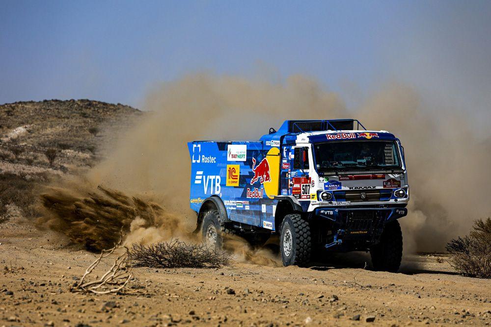 Машина экипажа 507 в составе Дмитрия Сотникова, Руслана Ахмадеева и Ильгиза Ахметзянова спортивной команды «КАМАЗ-мастер» на трассе между Джиддой и Бишей во время 1-го этапа ралли-марафона «Дакар-2021» в классе грузовиков в Саудовской Аравии.