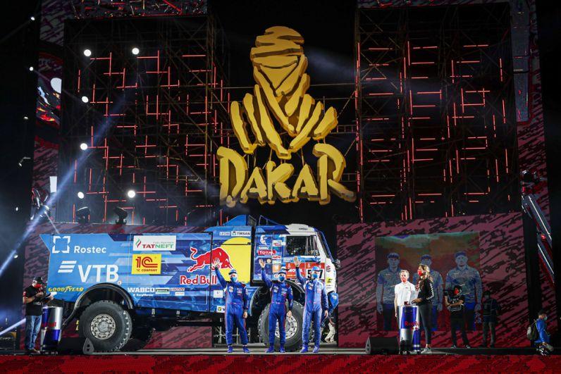 Машина экипажа 507 в составе Дмитрия Сотникова, Руслана Ахмадеева и Ильгиза Ахметзянова спортивной команды «КАМАЗ-мастер» на старте ралли-марафона «Дакар-2021» в классе грузовиков в Джидде.