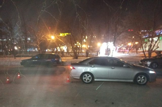 Водитель на автомобиле Honda сбил женщину с трехлетней девочкой в Центральном районе Новосибирска.