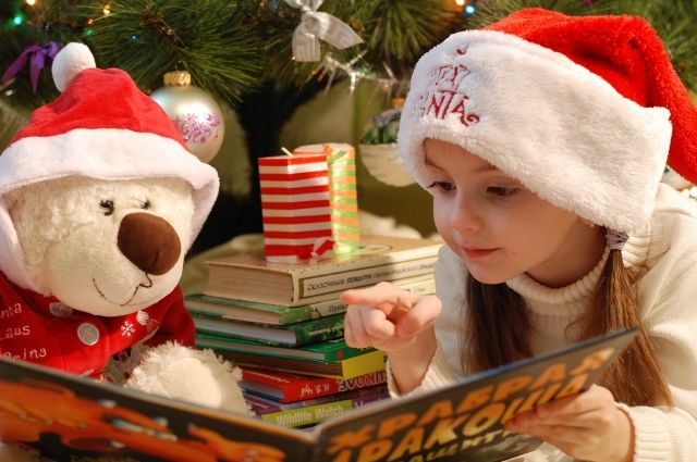 Новогодние каникулы — прекрасное время для того, чтобы провести его с пользой для души и тела. Окунуться в атмосферу сказок и приключений помогут  плед, какао и книги.