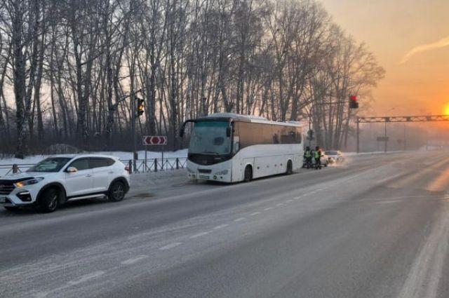 Автобус, в котором находились 2 водителя и 51 пассажир, застрял на 38 км автодороги Р-256.