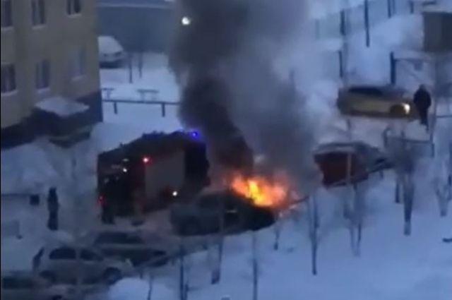 В барнаульском дворе загорелся автомобиль
