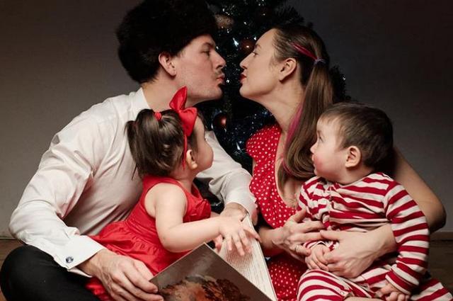 В этом году Вика и ее муж встречают первое Рождество с детьми.